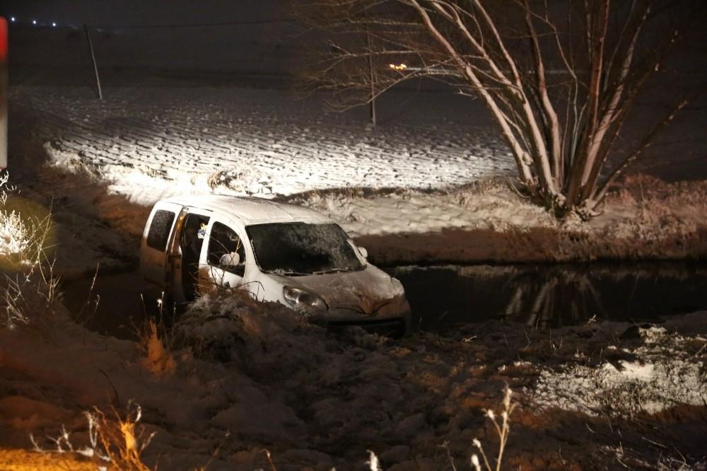 Kar nedeniyle kayan kamyonet su kanalına düştü
