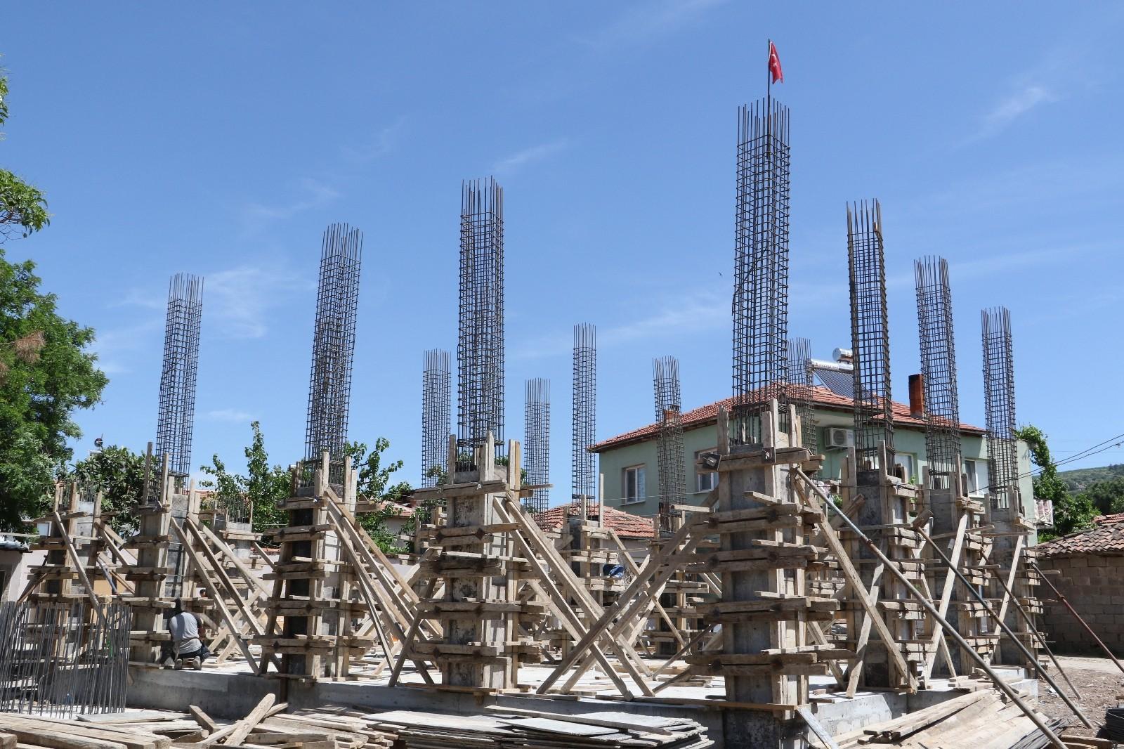 Depremde hasar gördüğü için yıkılan cami yeniden yapılıyor