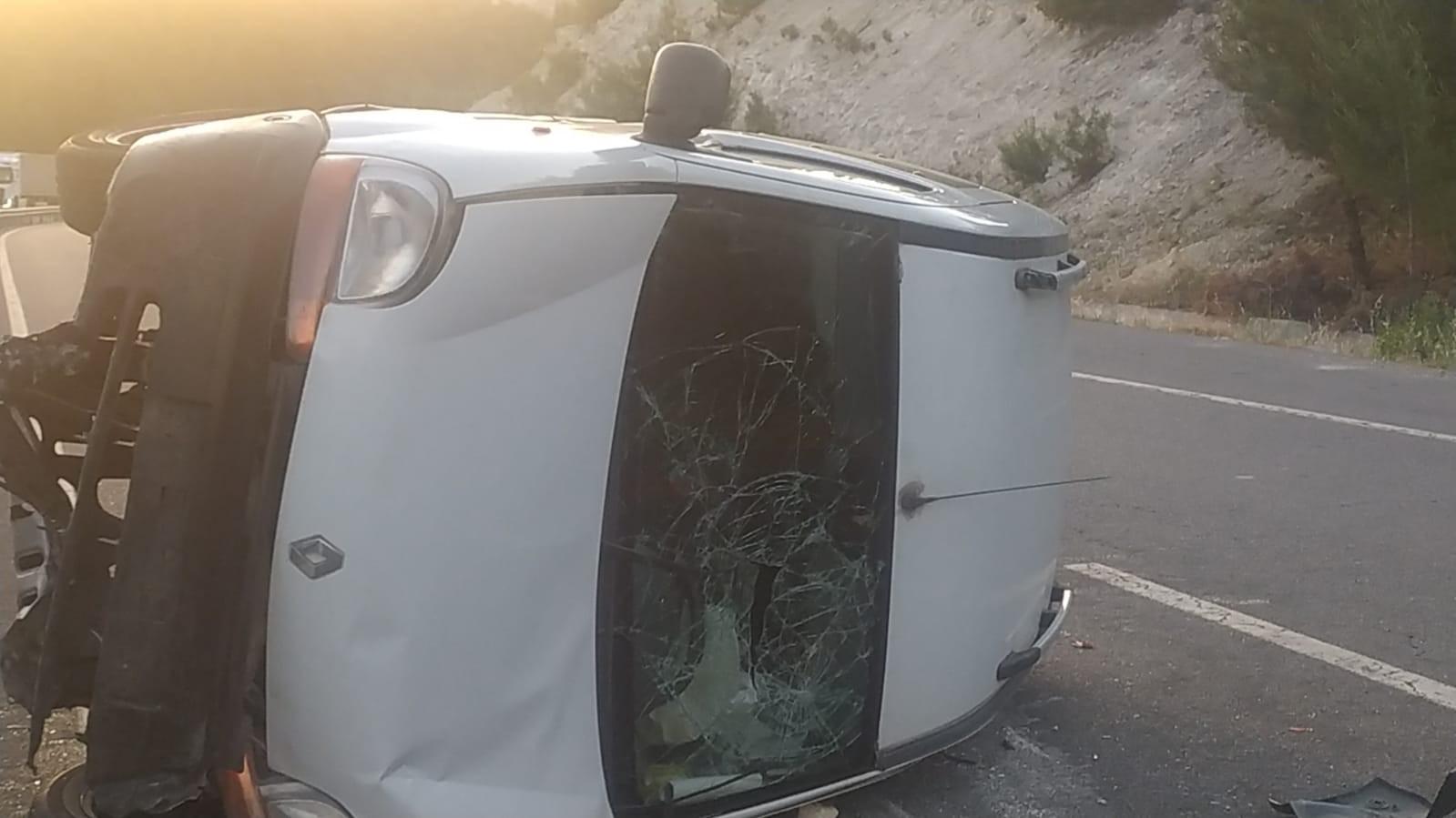 Uşak'ta kontrol çıkan araç yan devrildi;  4 yaralı