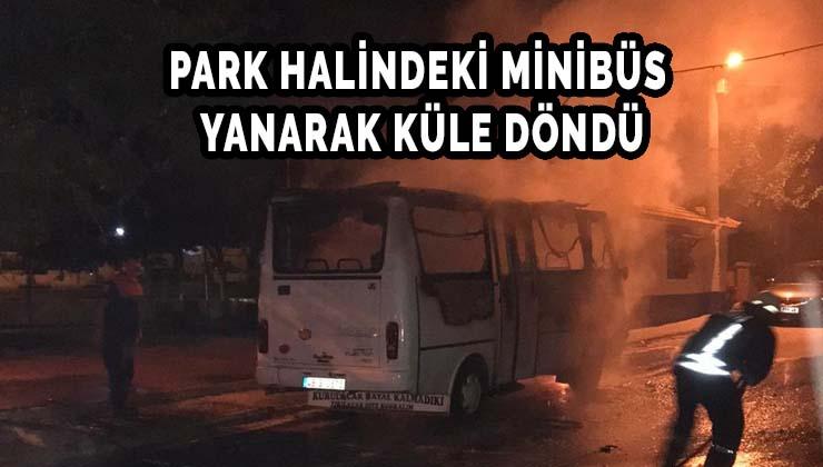 Park halindeki minibüs yanarak küle döndü